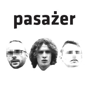 Na białym tle trzy męskie głowy, nad nimi czarny napis Pasażer