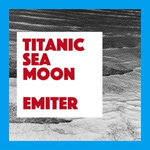 Grafika, czarno-białe zdjęcie morza w niebieskiej ramce, na nim biały kwadrat z czerwonym napisem Titnic Sea Moon, Emiter